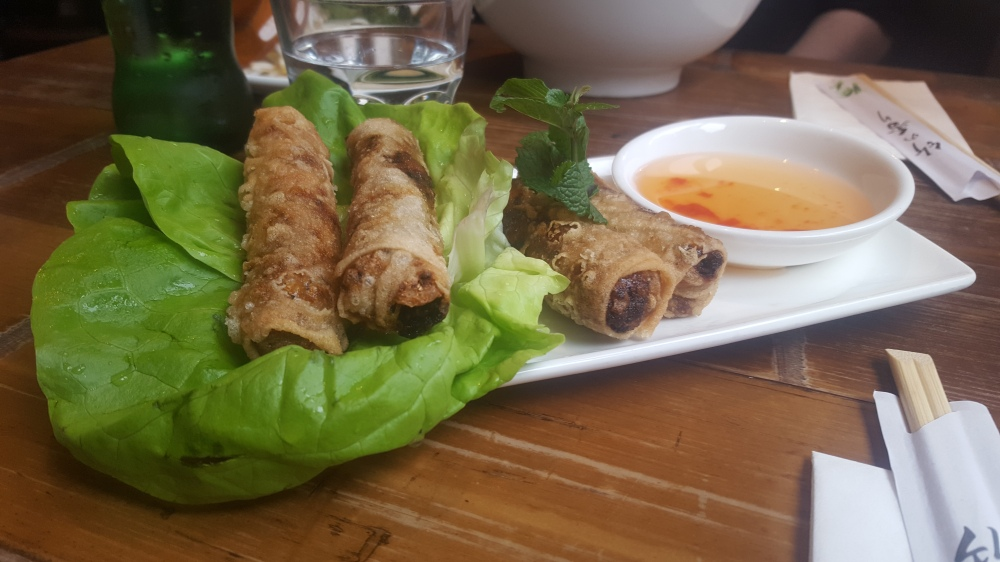 Spring rolls with lettuce and dip